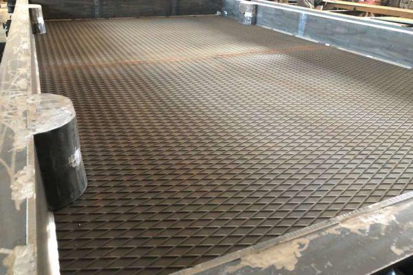 поверхность металлоформы для плиты дорожной