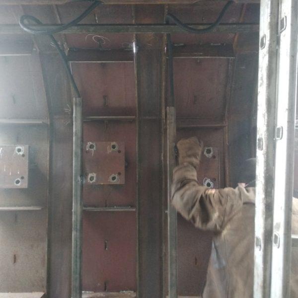 Установка вибраторов на металлоформу полурам РПС